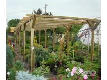 Konstrukcja ochronna na rośliny, tzw. cieniówka.